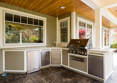 Outdoor Kitchen & Entertaining Area